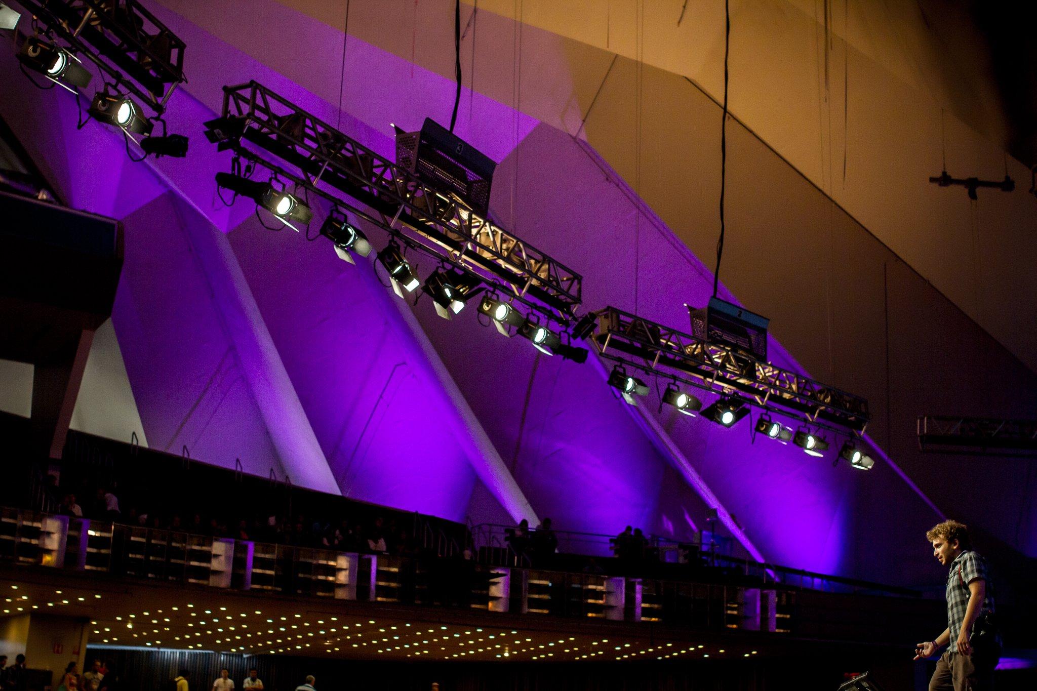 Ou ele que é muito pequeno ou o palco que é muito grande.